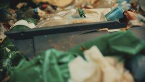 Primo piano di plastica residua, edizione sul pianeta, crisi di consumismo di tritarifiuti stock footage
