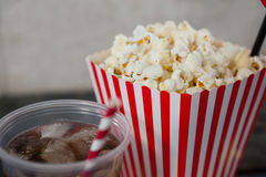 Primo piano di popcorn e della bevanda fredda Immagini Stock Libere da Diritti