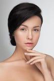 Primo piano di PPortrait di giovane donna di modello attraente sensuale che esamina macchina fotografica Immagine Stock Libera da Diritti