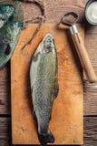 Primo piano di preparazione dei pesci freschi Fotografie Stock