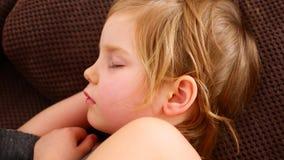 Primo piano di resto del bambino del fronte tranquillamente senza rumore Felicità nel sonno archivi video