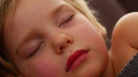 Primo piano di resto del bambino del fronte tranquillamente senza rumore Felicità nel sonno video d archivio
