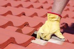 Primo piano di riparazione di tetto delle mattonelle immagini stock