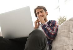 Primo piano di riuscito tipo che parla con smartphone fotografie stock