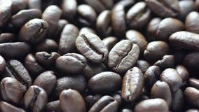 Primo piano di rotazione dei chicchi di caffè fragranti archivi video