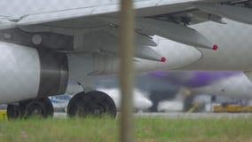 Primo piano di rullaggio dell'aeroplano archivi video