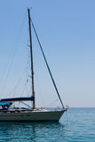 Primo piano di Sailboat& x27; arco di s ancorato su Serene Sea Fotografie Stock