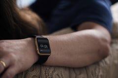 Primo piano di smartwatch su un polso fotografia stock