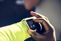 Primo piano di smartwatch su un polso immagine stock libera da diritti