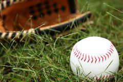 Primo piano di softball in erba Fotografie Stock Libere da Diritti