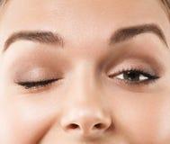 Primo piano di strizzatina d'occhio della donna degli occhi Fotografia Stock Libera da Diritti