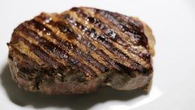 Primo piano di struttura arrostita della bistecca che è cucinata archivi video