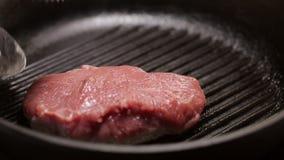 Primo piano di struttura arrostita della bistecca che è cucinata video d archivio