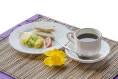 Primo piano di tè nero in tazza bianca sui precedenti del deserto fotografie stock libere da diritti