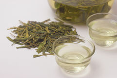 Primo piano di tè verde caldo LongJing in tazze Tè di Dragon Well Immagine Stock Libera da Diritti