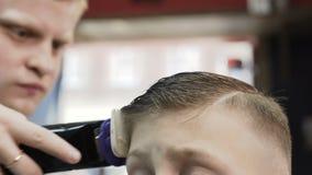 Tagli Di Capelli Per Bambini Maschi : Il barbiere maschio fa il taglio di capelli con il rasoio
