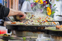 Primo piano di tornitura dell'uomo che cucina le verdure Fotografie Stock
