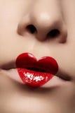 Primo piano di trucco delle labbra di giorno di biglietti di S. Valentino Immagini Stock Libere da Diritti