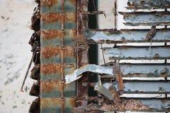 Primo piano di un affronto arrugginito e decomposto del metallo fotografia stock libera da diritti