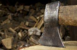 Primo piano di un'ascia che attacca in un bello pezzo di legna da ardere Fotografia Stock