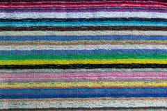 Primo piano di un asciugamano di spiaggia a strisce variopinto fotografia stock libera da diritti