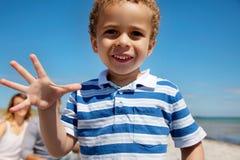 Primo piano di un bambino che gode all'aperto Fotografia Stock