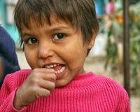Primo piano di un bambino povero dai bassifondi urbani a Nuova Delhi Fotografia Stock Libera da Diritti