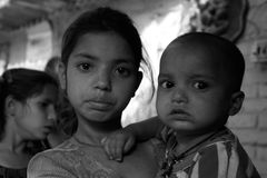 Primo piano di un bambino povero della ragazza con un bambino Immagine Stock Libera da Diritti