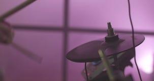 Primo piano di un batterista durante la prestazione di concerto azione Strumento di percussione Batterista anonimo Drumming in sc archivi video