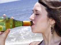 Primo piano di un bere della ragazza Fotografia Stock Libera da Diritti