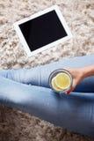Primo piano di un bicchiere d'acqua con le fette del limone Immagine Stock Libera da Diritti