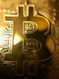 Primo piano di un bitcoin dorato Immagine Stock