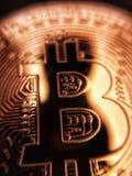 Primo piano di un bitcoin dorato Fotografia Stock Libera da Diritti