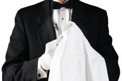 Primo piano di un cameriere in smoking che lucida un vetro di vino fotografia stock libera da diritti