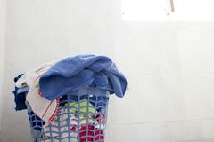 Primo piano di un canestro di lavanderia pulito nella lavanderia fotografia stock
