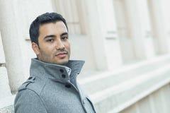 Primo piano di un cappotto d'uso dell'uomo felice di sorriso immagini stock libere da diritti