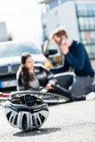 Primo piano di un casco andante in bicicletta caduto giù sulla terra dopo un incidente fotografie stock libere da diritti