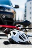 Primo piano di un casco andante in bicicletta sull'asfalto dopo l'incidente stradale immagini stock libere da diritti