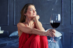 Primo piano di un castana splendido con un bicchiere di vino a casa Fotografie Stock
