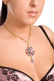 Primo piano di un collo della donna con i monili dell'oro Immagine Stock Libera da Diritti