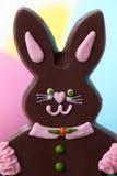 Coniglietto di pasqua del cioccolato della ragazza Fotografia Stock