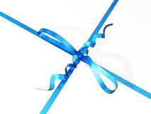 Primo piano di un contenitore di regalo con il nastro blu e l'arco Immagini Stock