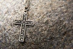 Primo piano di un crucifx su roccia Fotografia Stock