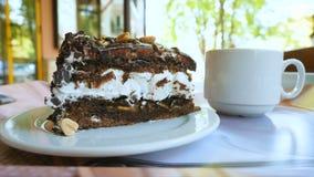 Primo piano di un dessert in un caffè della via video d archivio