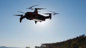 Primo piano di un elicottero, sparante vicino al mare in autunno Il fuco vola vicino al mare, prende le foto ed i video Volata e archivi video