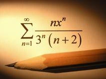 Primo piano di un'equazione con una matita immagini stock libere da diritti