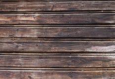 Primo piano di un fondo di legno bagnato marrone scuro fotografie stock