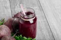 Primo piano di un frullato di verdure Bevanda rossa della barbabietola in un barattolo su un fondo di legno della tavola Intere b Fotografia Stock Libera da Diritti