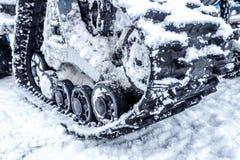 Primo piano di un gatto delle nevi del trattore a cingoli con neve Immagini Stock Libere da Diritti