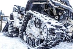 Primo piano di un gatto delle nevi del trattore a cingoli con neve Fotografia Stock Libera da Diritti